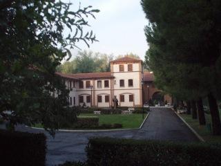 På denne gårdsplassen startet jeg. (Foto: Casa di preghiera Gesu Maestro)